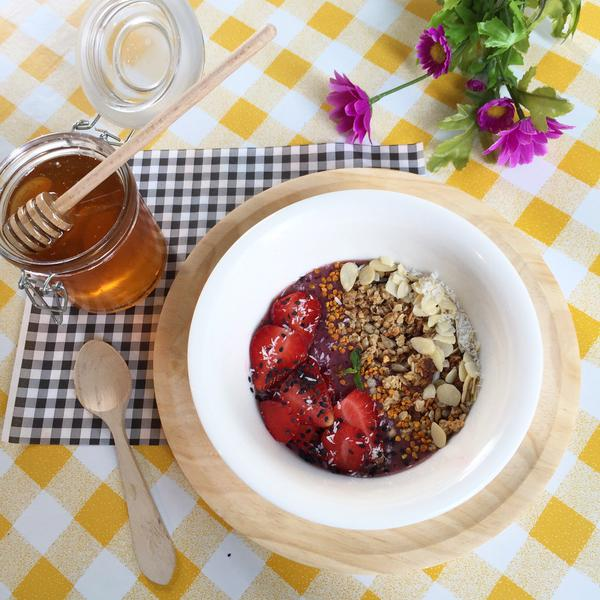 The perfect breakfast Acai, granola, strawberries, chia & bee pollen